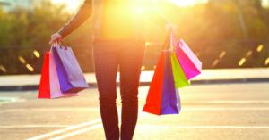Mulher com sacola de compras