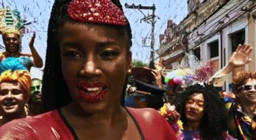 Apple entra no clima de Carnaval em videoclipe com a cantora Iza