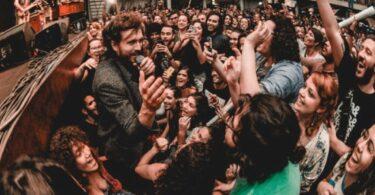 A invasão do fãs: o colapso da quarta parede e a tomada do palco