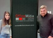 Office Mídia OOH contrata em comercial