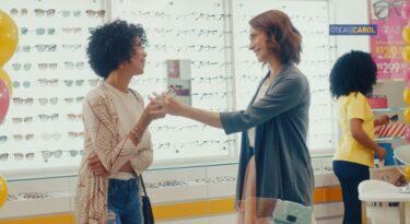 Com humor, Artplan apresenta primeira campanha com Óticas Carol