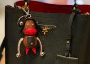 Prada para de vender chaveiro de macaco tido como racista