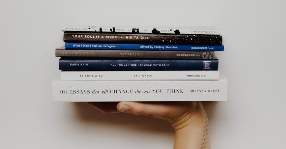 Clube de assinatura desafia internautas a consumir um livro por mês