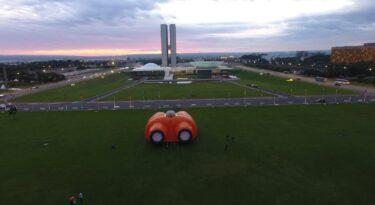 Um binóculo gigante de olho no Congresso Nacional