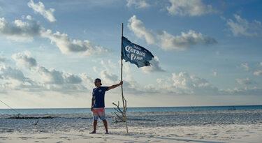 Com Gabriel Medina, Corona defende limpeza dos oceanos