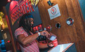 Aos 20 anos, Camarote Bar Brahma vira plataforma carnavalesca