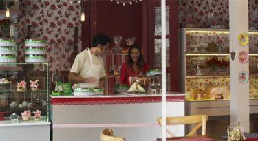 Stone e Dona Benta distribuem bolos da novela em São Paulo