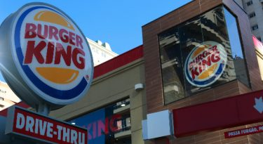 Fast-food derruba barreiras para minimizar danos