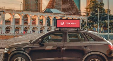 Mobees instala smart screens em carros de apps