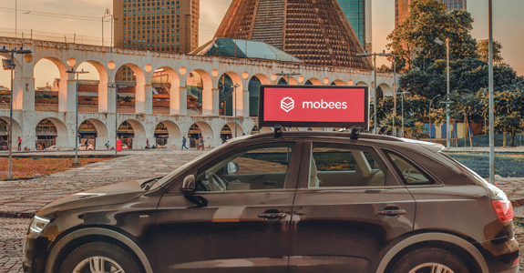 Mobees instala smart screens em carros de apps