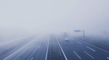 Sob neblina, use luz baixa
