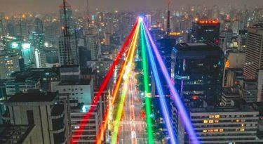 Doritos ilumina avenida Paulista com as cores do arco-íris