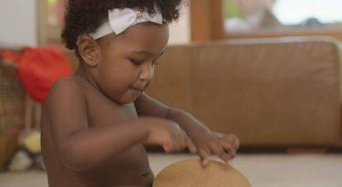 Huggies compõe música para estimular bebês