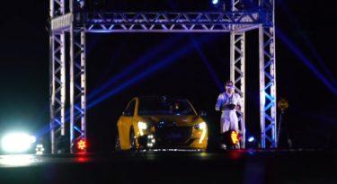 Peugeot 208 desafia drone em test drive