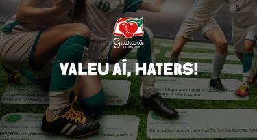Guaraná Antarctica transforma tuítes em gramado de futebol