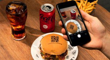 Coca cria hambúrguer com QR code em ação contra fome