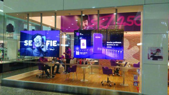 LOJAS VIVO — Projeto de Digital Signage que abrange 350 lojas da operadora em todo o país. Por meio de software voltado para o varejo, consegue mensurar fluxo de pessoas, cruzar dados em relação a vendas e consumidores, mapa de calor nas lojas, e proporcionar interação do público com as telas LED por QR Code no celular.