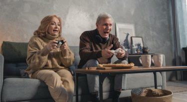 """Aperta o play! """"Velho é quem é um dia mais velho que a gente"""""""