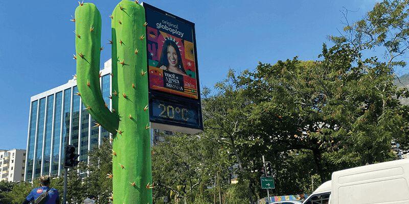 Você nunca esteve sozinha - o doc de Juliette, do Globoplay, a Altermark transformou relógios de rua, no Rio de Janeiro, em cactos
