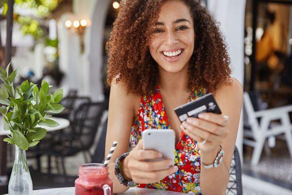 O cartão de crédito segue firme e forte como o meio preferido dos brasileiros pagarem suas compras online