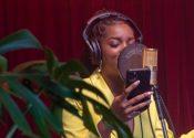Iza cria música com artistas periféricos em série da Devassa