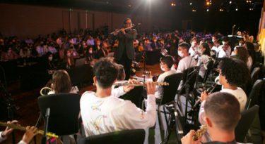 Elo exalta poder das parcerias com orquestra e arte